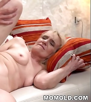 Mature woman'_s old pussy filled with young dick