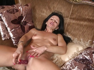 Older pleasant mommy feeding her old pussy